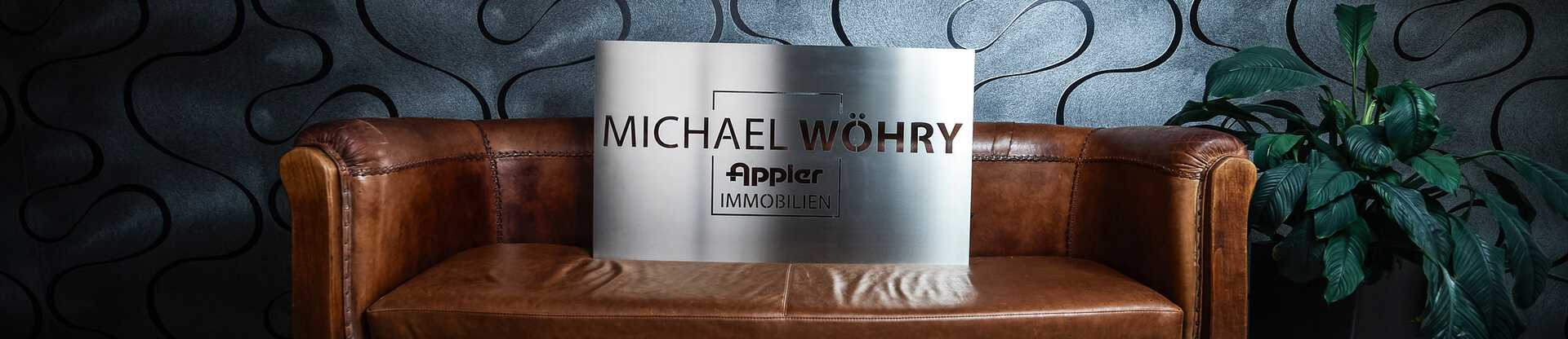 Ledercouch mit Logo Appler + Wöhry Immobilien